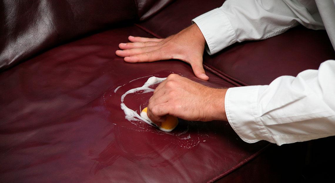 Le liquide vaisselle est-il efficace pour nettoyer votre canapé en cuir ?