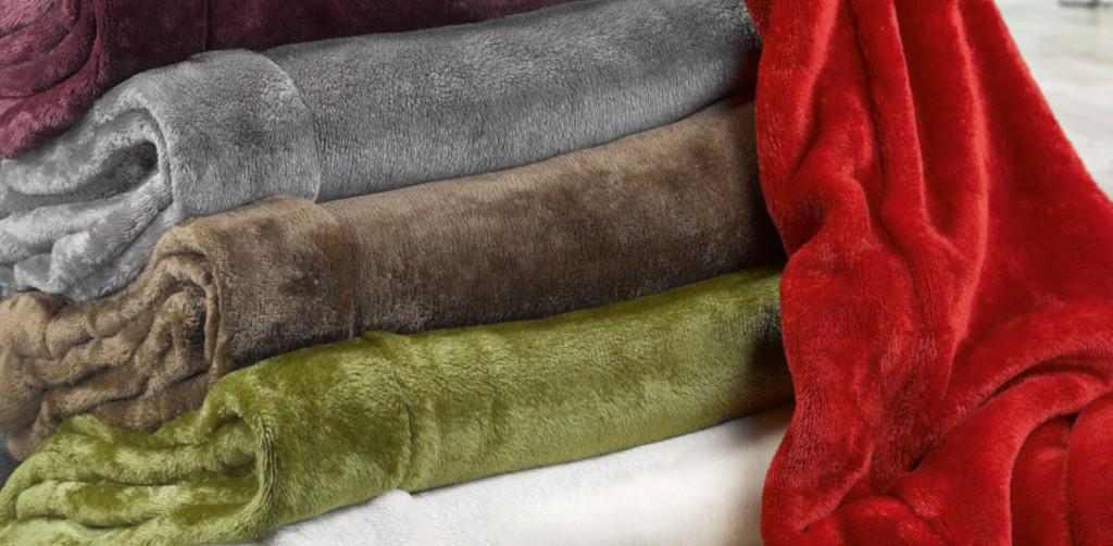 Comment faire tenir un plaid sur un canapé en cuir ?